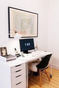 Kontorplass. Bordet er fra IKEA, HISSMON plate (B120 D60) med KRILLE ben med hjul (H 70). Ved siden av står ALEX skuffeseksjon (fåes også som skap til å skjule PC-kabinett) (B36 D58 H70). ALEX kan erstatte to av bordbena..