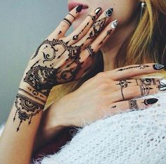 This is extremely black henna work! As you can see left hand has many tiny ornaments and symetrical details and on the right hand henna is made only on the fingers. This henna looks perfectly! Henna Tattoo Designs, Diy Tattoo, Mehndi Designs, Henna Tatoos, Henna Art, Henna Nails, Hand Henna, Modern Henna Designs, Tribal Henna