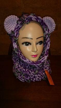Cappuccio scalda collo tonalità del viola con orecchie lilla realizzato all'uncinetto