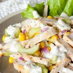 Салат с курицей, сельдереем и кукурузой