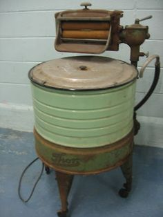 1948 Thor Washing Machine in Green. The motor has been removed since didn't work. This would make an excellent beverage cooler for the outdoor parties! Vintage Laundry, Vintage Kitchen, Vintage Antiques, Vintage Items, Retro Vintage, Antique Washing Machine, Antique Stove, Vintage Appliances, Cleaning Day