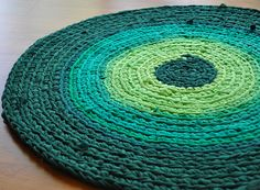 Such a beautiful crochet rug made out of t-shirts. Inspiring. <3
