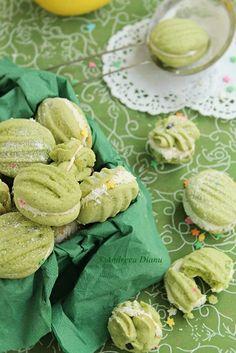 Biscuiti cu lamaie   Pasiune pentru bucatarie Biscuit Cookies, Biscuit Recipe, Romanian Food, Kiwi, Biscotti, Cookie Cutters, Food And Drink, Sweets, Candy