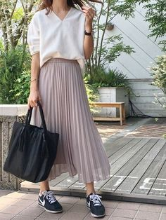 The Best Interview Outfit Ideas For Women: Style Guides 36 Perfect Winter Outfit Ideas Fashion long skirt outfits ideas Long Skirt Fashion, Modest Fashion, Fashion Outfits, Midi Rock Outfit, Maxi Skirt Outfits, Pleated Skirt Outfit Casual, Maxi Skirts, Skirt And Sneakers, Moda Casual