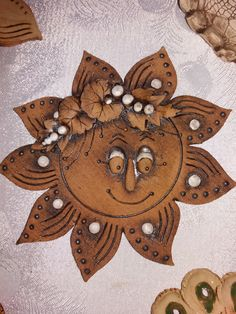 Sluníčko JR Ceramic Wall Art, Soutache Jewelry, Garden Decorations, Clay Creations, Recycled Materials, Clay Art, Projects To Try, Arts And Crafts, Moon