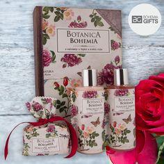 Ručně vyráběný kosmetický dárkový balíček prémiové kosmetiky Botanica Bohemia s vůní šípky a růže. Originální dárková sada obsahuje sprchový gel 200 ml, vlasový šampon 200 ml a ručně vyráběné toaletní mýdlo 100 g s extrakty z šípků a květů růže.