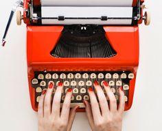 Los principios de la comunicación escrita: La máquina de escribir - las uñas siempre de rojo