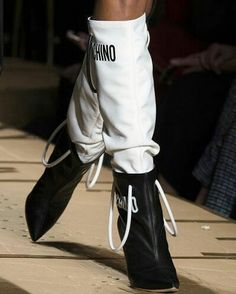 #Runway Details with #Moschino @moschino #beauty #style #chic #glam #haute #couture #design #luxury #lifestyle #prive #moda #instafashion #Instastyle #instabeauty #instaglam #fashionista #instalike #streetstyle #fashion #photo #ootd #model #blogger #photography #shoes