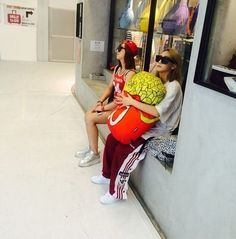 Group 2NE1 members CL and Minzy revealed a photo of them at the Singapore airport. http://www.kpopstarz.com/tags/2ne1
