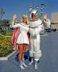 """Guests visiting Tomorrowland in the and would encounter a unique original Disneyland character that symbolized Americans' interest in space exploration. In this rare photo from the summer of the Tomorrowland """"Spaceman"""" is Disneyland Vintage, Disneyland Photos, Disneyland Park, Disneyland California, Disneyland Tomorrowland, Disneyland History, Original Disneyland, Anaheim California, Space Girl"""