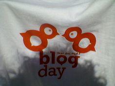 mdqblogday : diseño de pajaros con el isotipo del blogday. luego una remera aplicada. luego una sombra en esa remera con esos mismos pájaros  que me revoloteaban.  ese dia paso volando. http://mdqblogday.com.ar  gracias por esos pájaros. | yelmos