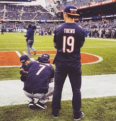 Jonathan Toews at the Chicago Bears game today. Blackhawks Hockey, Hockey Teams, Chicago Blackhawks, Sports Teams, Chicago Bears Game, Nfl Championships, Hockey Baby, We Are The Champions, Football Hall Of Fame