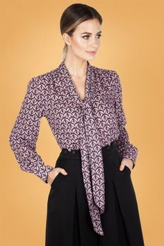 Vixen Cassie Pussey Bow Blouse Années 70 en Lilas Vintage Inspired Fashion, Vintage Inspired Dresses, 50s Outfits, Fashion Outfits, Bow Tops, Bow Blouse, Vintage Tops, Bell Sleeve Top, My Style
