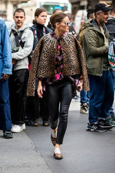 Olivia Palermo, wearing a floral print shirt, black leather pants and. Floral Pants Outfit, Leather Pants Outfit, Black Leather Pants, Leather Dresses, Leather Leggings, Leather Jacket, Estilo Olivia Palermo, Olivia Palermo Style, Star Fashion