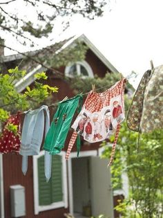 Hanging the washing on the clothes line. Celebrity Wedding Photos, Celebrity Weddings, Smelly Towels, Red Houses, Laundry Drying, Vintage Laundry, Farm Cottage, Country Decor, Country Charm