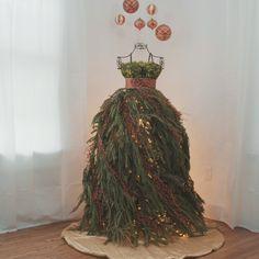 Dress Form Christmas Tree Mannequin Christmas Tree, Dress Form Christmas Tree, Beautiful Christmas Trees, Christmas Skirt, Christmas Dresses, Mini Christmas Tree, Christmas Cards, Winter Christmas, Christmas Home