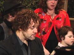 ▶ David Phelps family singing at the piano - YouTube