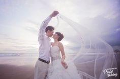 Beach + love + sweeping veil = Pure Perfection!
