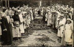 """Civil War - Kuvan takana teksti: """"Punakaartissa kaatuneitten ja murhatuitten hautaustilaisuus   Lempäälässä Ämmäristin metsässä 7/8 1918""""."""