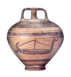Jarre de Skyros (vers 1180 av.J.C.) - Le bateau présente une étrave quasiment verticale, terminée par une figure de proue à son sommet, en forme d'oiseau ou de tête cornue. La poupe courbe s'élève assez haut.