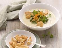 Gemüse-Cremesuppe mit getrockneten Gartenkräutern und  gebratenen Knöpfle