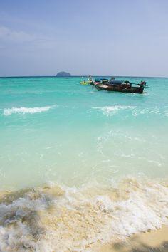 """Koh Lipe es una isla en la Costa #Andaman, en el sudeste tailandés, cerca del Parque Nacional Tarutao. Está situada muy cerca de la frontera con Malasia y es una isla habitada tradicionalmente por los """"gitanos del mar"""". Hoy recibe turista que buscan tranquilidad o poblados más animados, siempre en un entorno de belleza imbatible. Sin embargo, muchas islas de su entorno están deshabitadas y muy bien conservadas. #Thailand #Tailandia"""