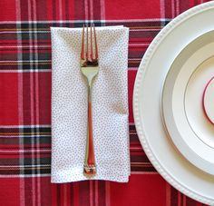 Tutorial: How to make cloth napkins. This is such an easy DIY craft project - you just need to know how to iron and sew a straight line.