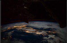 @astroSamantha Una foto dell'Italia illuminata, ben riconoscibile nonostante le nubi: così Samantha Cristoforetti ha dedicato ''un pensiero all'Italia dopo un giorno importante!''. Lo ha scritto su Twitter la stessa astronauta dell'Esa riferendosi all'elezione del presidente della Repubblica (ANSA)