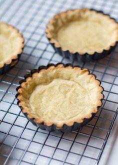 Nog maar een artikel verwijderd van de lekkerste tartelettes. Met tartelettes – mini taartjes – kun je eindeloos variëren. Dus als je de basis beheerst kun je al aan de slag. Eerder deelde ik al een basisrecept voor zanddeeg (zie hier) en vertelde ik vrij kort hoe je een taartbodem maakt met zanddeeg, maar soms...Lees Meer » Dutch Recipes, Sweet Recipes, High Tea, Four, Cake Cookies, Baked Goods, Delicious Desserts, Bakery, Deserts