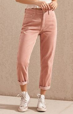 Give your casual style a retro-inspired feel with the Hibiscus Corduroy Mom Jeans by PacSun. Made from a corduroy fabric, these mom jeans feature a high-rise fit, body, pink wash, and a relaxed fit. Converse Outfits, Jean Outfits, Cute Outfits, Ripped Jeggings, Ripped Skinny Jeans, Outfit Jeans, Look Fashion, Fashion Outfits, Womens Fashion