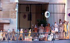 Cuarenta y tres sillas con las fotos de los 43 normalistas de Ayotzinapa desaparecidos hace dos años en Iguala, Guerrero, y varias siluetas en su memoria fueron colocadas este día ante las embajadas mexicanas en Londres y París para reclamar justicia ante lo que ha sido una de los mayores tragedias ocurridas recientemente en México.  La organización Amnistía Internacional denunció en la capital inglesa que el gobierno de Enrique Peña Nieto ha puesto obstáculos a la investigación para que se…