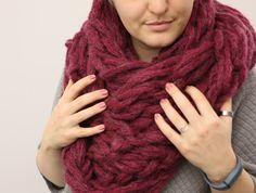 """Bei Pinterest, auf Blogs - überall begegnet mir seit einigen Wochen der Trend """"Arm-Knitting"""". Stricken mit den Armen! Das wollte ich unbedingt selbst versuchen. Dafür benötigt man besonders dicke, aber leichte Wolle, wie zum Beispiel die """"Mohair Big"""" von Wolle Rödel (90m/150 g, 20er Stärke, zwei Knäuel - man strickt mit doppeltem Faden)."""