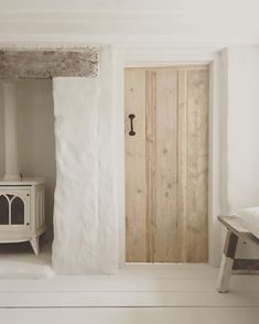 Door and beam Modern Country Style, English Country Style, Living Room White, White Rooms, White Cottage, Cottage Interiors, White Houses, Scandinavian Interior, Beams