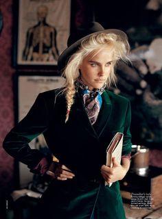 Vogue Australia nos sorprende con una tapa simple y limpia donde sólo hace falta la presencia de la deslumbrante actriz (australiana) Isabel Lucas. Se destaca el vestido de Miu Miu, el blazer de To...