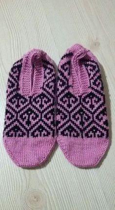 This Pin was discovered by Sha Fair Isle Knitting, Knitting Socks, Knitted Hats, Slipper Socks, Slippers, Knitting Patterns, Crochet Patterns, Fair Isle Pattern, Knit Crochet