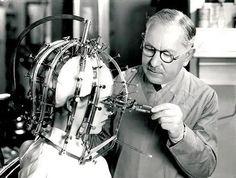 Este dispositivo de 1930 foi inventado por Max Factor para a aplicação e correção da maquiagem