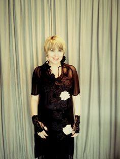 rosas negras sobre vestido de tule   http://heroina-alexandrelinhares.blogspot.com.br