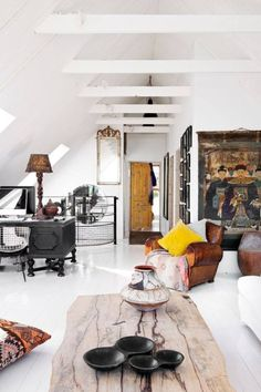 estilo escandinavo con decoración ecléctica y colores intensos