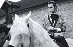 La Boy Bag, realizzata in pelle di vitello o galuchat, è disponibile nelle boutique Chanel a partire da € 2.250.  Colori must: blu e giallo.