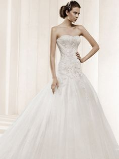 Romantic Ball Gown Strapless Ivory Lace Appliques Satin  Wedding Dress