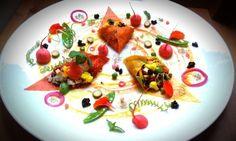 L'insalata di riso in tre colori. I risi dell'insalata di Daniela Cicioni sono tre: venere nero, selvatico rosso e jasmine bianco. In una coloratissima ricetta vegana, un concentrato di sapore, salute e vitalità. Il senso della ricetta è racchiuso in tre idee: usare tre risi da gustare separatamente per percepirne i differenti colori, aromi, consistenze; adoperare coni di peperone essiccato come contenitori per il riso in insalata, il piatto da viaggio estivo per eccellenza.