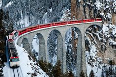 isviçre karlı alp'lerinde giden tren