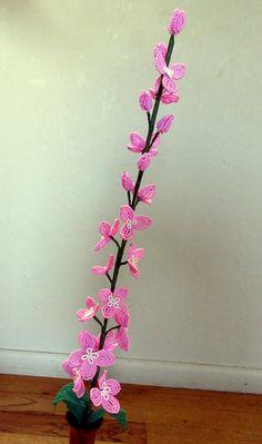 Diese Blumen sind eine perfekte Ergänzung zu jedem Blumenarrangement oder können stand-alone in einer Vase.  Ich habe 2 Stiele in rosa oder lila erhältlich. Jede Blume ist in sorgfältiger Handarbeit mit Rocailles, Draht und floralen Band. Diese Delphinium haben 6 Knospen, 15-18 Blumen und 3 Blätter.  Der angezeigte Preis ist für ein Delphinium Stamm.  Delphinium kommen in einer Vielzahl von Farben von blass Lavendel bis hellblau, dunkelviolett. Alle diese sind durch Sonderanfertigung…