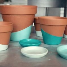Color Dipped Planting -- I really don't like the clay color of these pots tho so. Color Dipped Planting -- I really don't like the clay color of these pots tho so I'd do like a 2 dip color - 1 all over . Painted Flower Pots, Painted Pots, Clay Pot Crafts, Diy Crafts, Vasos Vintage, Projects For Kids, Diy Projects, Blog Deco, Diy Flowers