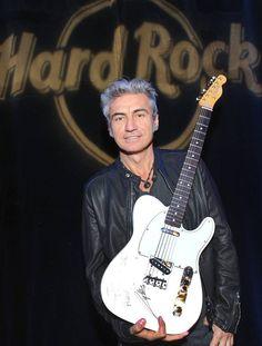 Live da @HardRockCafeNYC: la #Fender Telecaster di @ligabue diventa #memorabilia @hardrock ! #ThisIsHardRock