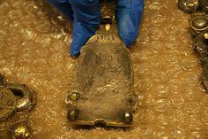 Un marque d'artisan est visible au dos de cette plaque-boucle provenant de la tombe 11 à Saint-Denis. (C) MAN / P. Fallou