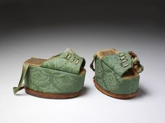 1580-1620, Spain - Pair of chopines - Cork and silk damask, with stamped decoration on the insole