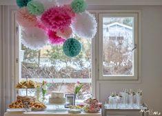 Näyttävä juhlakoriste valmistuu ripustamalla pom pomeita ja honeycombs -koristeita kattoon. #juhlakoristeet #partydecorations