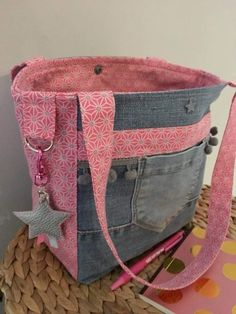 great way of using recycled material Denim Handbags, Denim Tote Bags, Denim Purse, Tote Purse, Sewing Jeans, Denim Crafts, Recycled Denim, Kids Bags, Handmade Bags