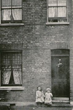 """peninsularian: """" The Maybe children, 40 Cable Street, Isle of Dogs, / 1910 photographer unknown """" Vintage Pictures, Old Pictures, Old Photos, Victorian London, Vintage London, Victorian Street, London History, British History, Old Photography"""